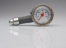 Controlli il vostro pneumatico con il vecchio manometro Immagini Stock