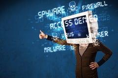 Controlli la persona capa con il tipo del pirata informatico di segni sullo schermo Fotografie Stock