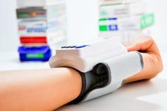 Controlli la pressione sanguigna Fotografia Stock