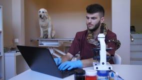 Controlli lavorare al microscopio ed al computer portatile alla clinica archivi video
