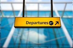 Controlli, segno del bordo di informazioni di partenza dell'aeroporto & di arrivo immagine stock libera da diritti