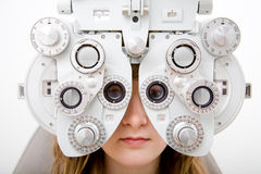 Controlli un paziente nel lavoro di oftalmologia Fotografie Stock Libere da Diritti