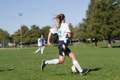 ControllingThe Fußball-Kugel Stockfotografie
