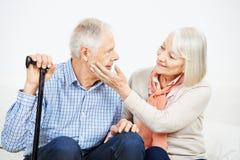 Controllo accarezzante della donna anziana dell'uomo senior fotografia stock