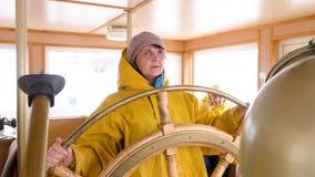 Controllo anziano di navigazione della ruota del manzo di giro della donna stock footage