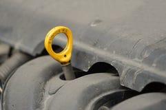 Controllo automobilistico del motore del livello di olio di manutenzione Fotografie Stock