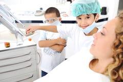 Controllo dei denti del dentista del bambino Fotografia Stock