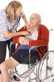 Controllo del battito cardiaco degli anziani Immagini Stock