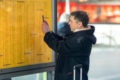 Controllo del bordo di tempo del treno alla stazione ferroviaria Fotografie Stock