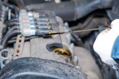 Controllo del livello di olio nel motore nel servizio dell'automobile Immagini Stock Libere da Diritti