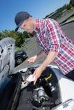 Controllo del livello di olio per motori dell'automobile fotografie stock