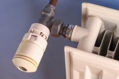 Controllo del radiatore sul radiatore per comprimere i costi del riscaldamento fotografie stock