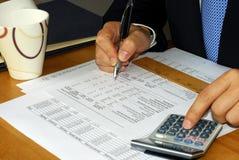 Controllo del rendiconto finanziario dell'azienda dal CA Immagine Stock