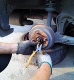 Controllo del sistema di frenatura che ripara vecchia automobile Fotografia Stock Libera da Diritti