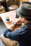 Controllo del suo smartwatch Fotografia Stock Libera da Diritti