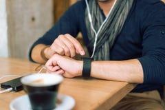 Controllo del suo smartwatch Fotografie Stock Libere da Diritti