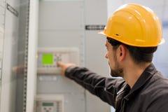 Controllo dell'apparecchiatura elettrica di comando e della baia di tensione di prova dell'ingegnere di manutenzione fotografie stock libere da diritti