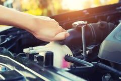 Controllo dell'automobile del liquido refrigerante immagine stock libera da diritti