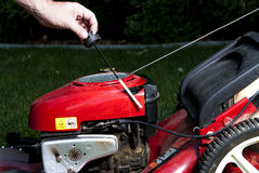 Controllo dell'olio su una falciatrice da giardino Immagini Stock