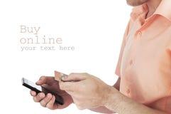 Controllo della carta di credito e del telefono cellulare della tenuta dell'uomo Immagini Stock