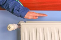 Controllo della mano se il radiatore sta funzionando immagini stock libere da diritti