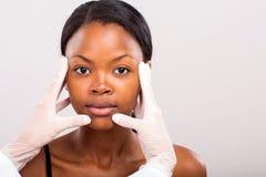Controllo della pelle di medico Fotografia Stock