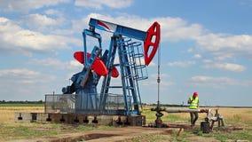 Controllo della pompa di olio stock footage