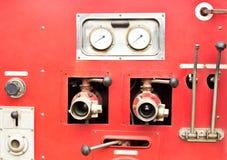 Controllo della valvola sul camion dei vigili del fuoco fotografia stock libera da diritti