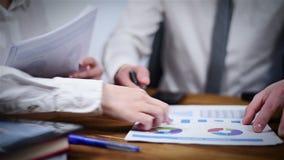 Controllo delle statistiche finanziarie video d archivio
