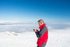 Controllo dello smartphone sulla cima Immagini Stock