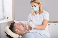 Controllo dentario orale con lo specchio immagine stock libera da diritti
