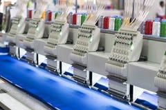 Controllo di macchina per cucire a alta tecnologia programmando del computer Immagini Stock