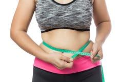 Controllo di peso eccessivo della donna fuori il suo grasso corporeo fotografia stock libera da diritti