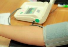 Controllo di pressione sanguigna Immagini Stock