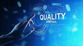 Controllo di qualità, assicurazione, concetto degli standard industriali sullo schermo virtuale immagini stock libere da diritti