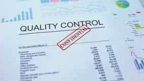 Controllo di qualità confidenziale, timbrando guarnizione sul documento ufficiale, statistiche archivi video