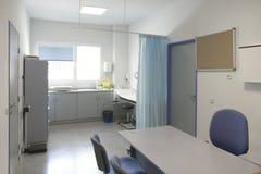 Controllo ed esplorazione medici della stanza della chirurgia dell'ospedale fotografia stock libera da diritti
