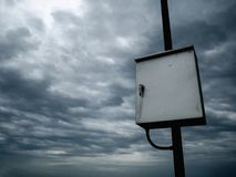 Controllo elettronico sul cielo piovoso della nuvola immagini stock libere da diritti