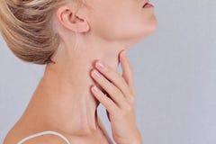 Controllo ghiandola tiroide della donna Sanità e concetto medico Immagini Stock