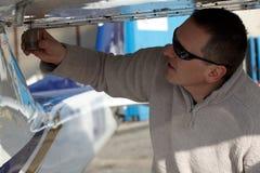 Controllo pre-flight facente pilota Fotografia Stock