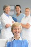 Controllo professionale paziente adolescente del gruppo del dentista Fotografia Stock