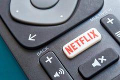 Controlo a distância com um botão de Netflix fotos de stock royalty free