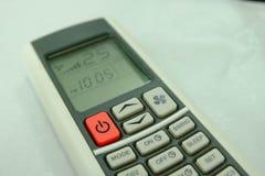 Controlo a distância condicional do ar do botão vermelho e 25 graus Celsius Fotografia de Stock Royalty Free