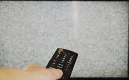 Controlo a distância da televisão da imprensa da mão para procurar o sinal imagens de stock royalty free