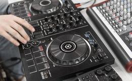 Controlo a distância do DJ Controlador audio do DJ Plataforma giratória eletrônica imagem de stock