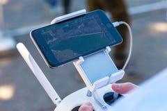Controlo a distância do zangão com seu smartphone Fotografia de Stock Royalty Free