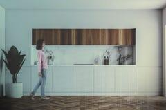 Controsoffitti bianchi e di legno della cucina, donna Immagini Stock