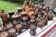Controsoffitto con le prodotto-bottiglie ceramiche, vasi, brocche Fotografie Stock