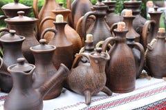 Controsoffitto con le prodotto-bottiglie ceramiche, vasi, brocche Immagine Stock