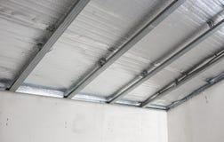 Controsoffitto della soffitta con la barriera di calore riflettente Fotografia Stock Libera da Diritti